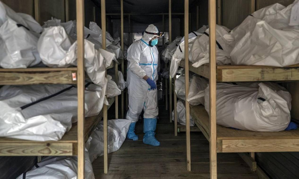 Corpos empilhados em um trailer refrigerado no Brooklyn Hospital Center, em Nova York, em abril de 2020. Mais de 20 mil nova-iorquinos morreram na primavera de infecções por coronavírus Foto: VICTOR J. BLUE / The New York Times