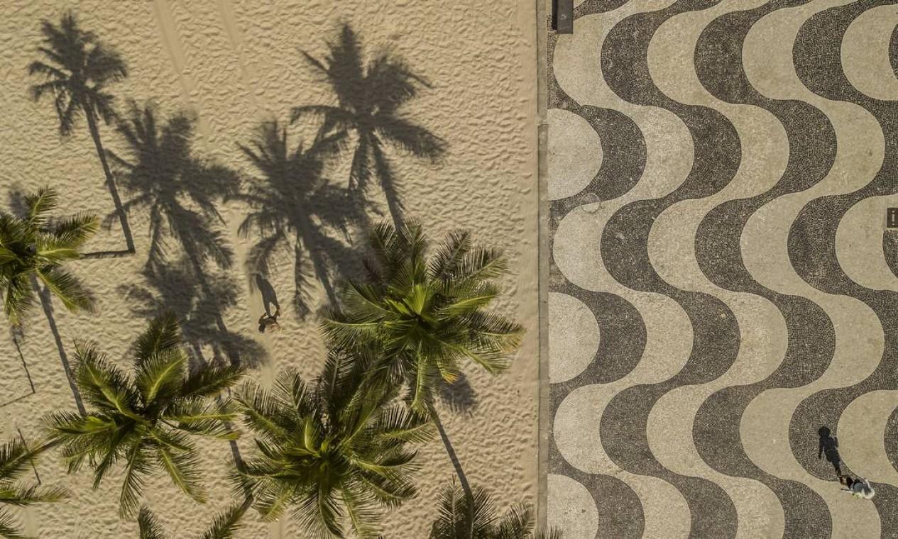 Praia de Copacabana vazia, no Rio de Janeiro, em 19 de março de 2020 Foto: DADO GALDIERI / The New York Times