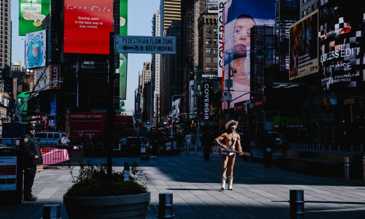 Artista se apresenta em uma Times Square quase vazia na cidade de Nova York, em 26 de março de 2020 Foto: MARK ABRAMSON / The New York Times