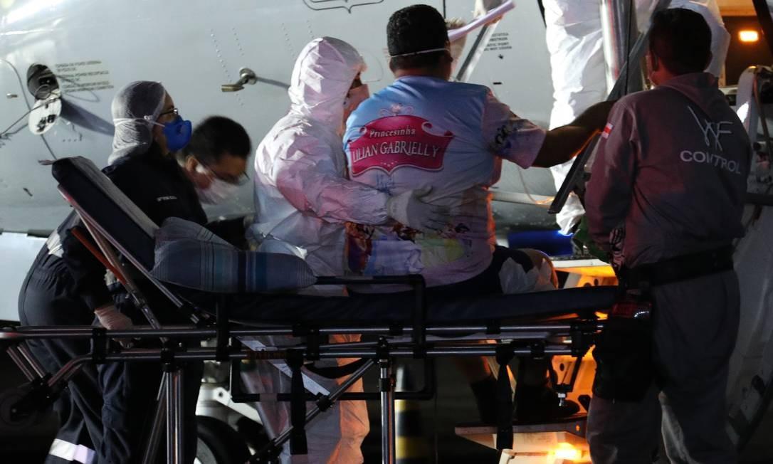 Pacientes com Covid-19 trazidos de Manaus desembarcam no Rio no início do mês: vistoria verificou que faltou planejamento Foto: Lucas Silva/Secom