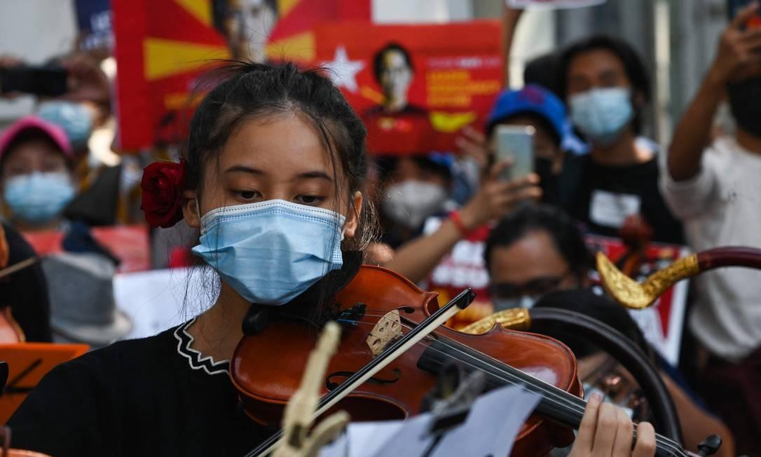 Músicos performam em frente à embaixada britânica para denunciar o golpe militar em MIanmar, na capital Yangon Foto: SAI AUNG MAIN / AFP