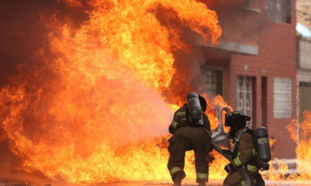 Bombeiros combatem incêndio provocado por explosão no bairro de Quiroga, no sul de Bogotá. As autoridades ainda não determinaram a causa da explosão Foto: ANDRES CASTRO / AFP