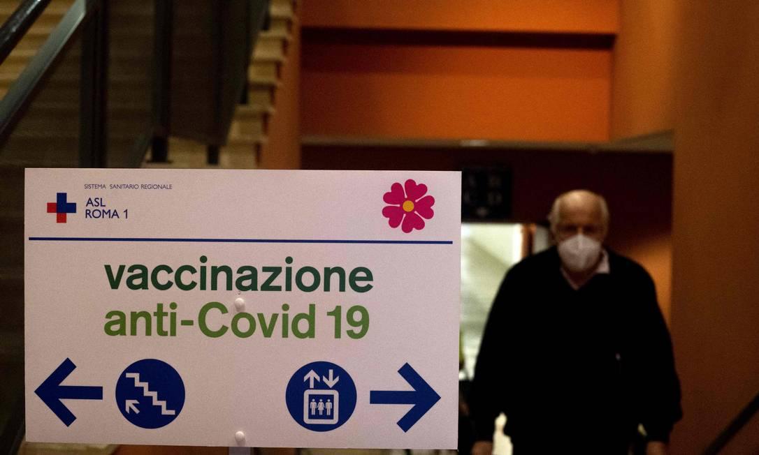 Homem entra em centro de vacinação no Auditório Parco della Musica, em Roma, na última quinta-feira (18) Foto: TIZIANA FABI / AFP