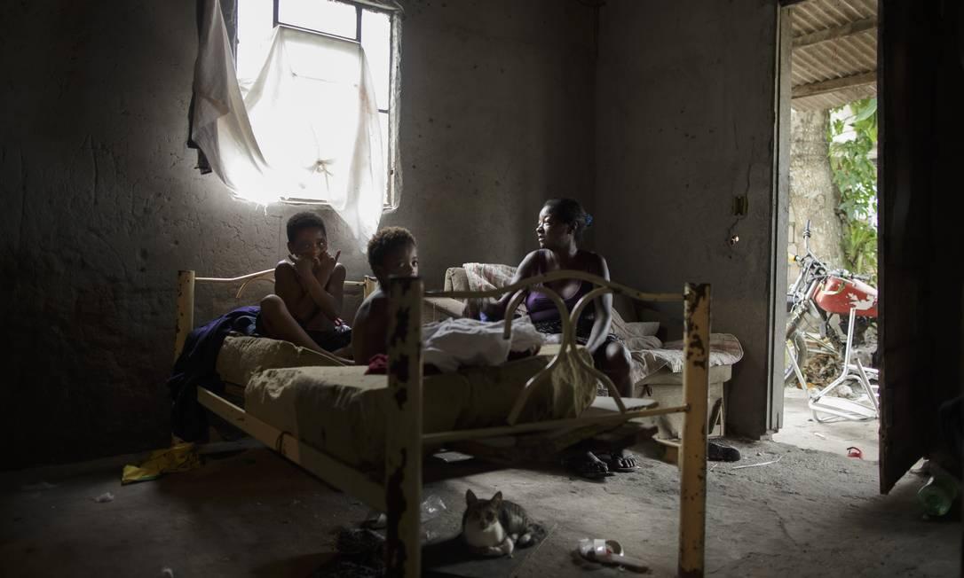 Simone Souza Bernardes, 49 anos. Ela e os filhos, Aline, 6 anos, Marcos e Naiara, de 15, vivem na zona rural de Nova Iguaçu, Baixada Fluminense Foto: Márcia Foletto / Agência O Globo