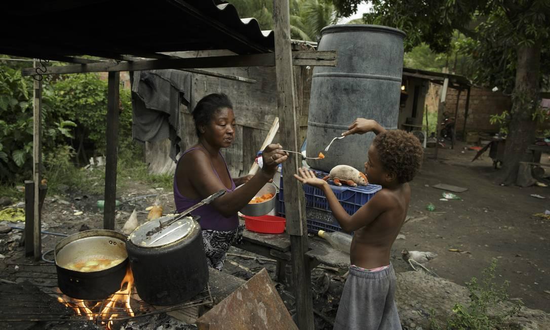 Com o alto preço do gás, Simone, de 49 anos, é obrigada a retroceder à lenha para cozinhar no quintal de casa Foto: Márcia Foletto / Agência O Globo