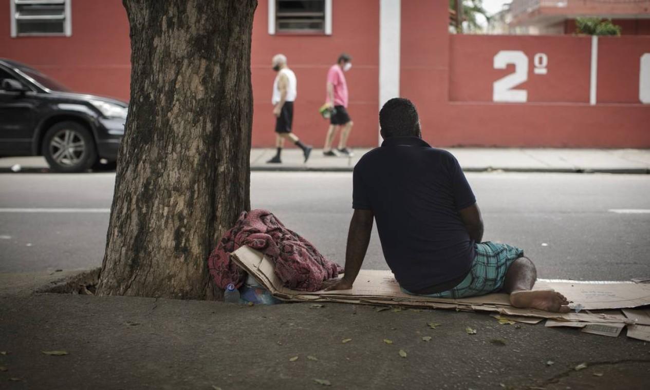Júlio, que preferiu não mostrar o rosto, era lanterneiro e perdeu o emprego na pandemia. Com problemas na família, foi morar recentemente na rua, dormindo na Praça Jardim do Méier, Zona Norte do Rio Foto: Márcia Foletto / Agência O Globo