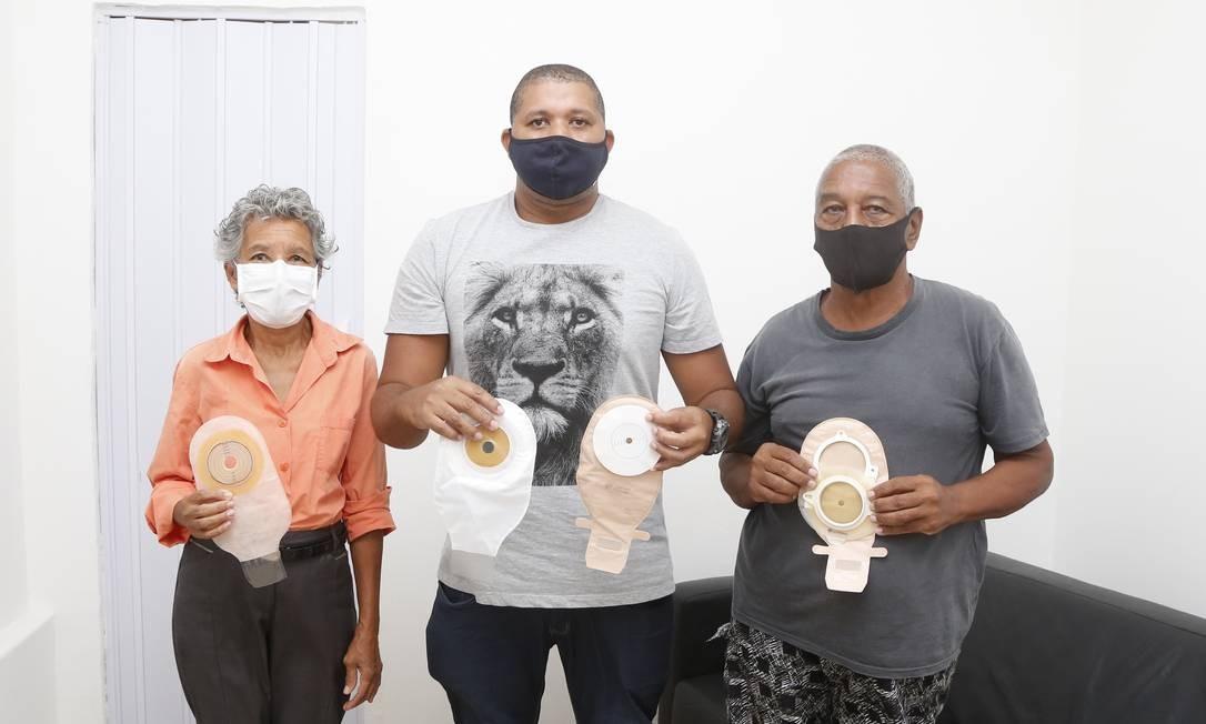 Pacientes mostram bolsas doadas, que raramente observam as necessidades específicas de cada usuário ostomizado Foto: Fabio Rossi / Agência O Globo