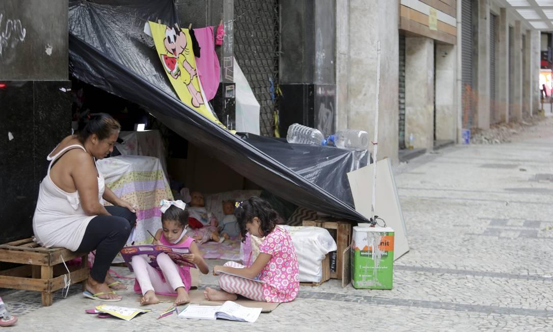Ana Paula ajuda as crianças nas atividades escolares Foto: Domingos Peixoto / Agência O Globo