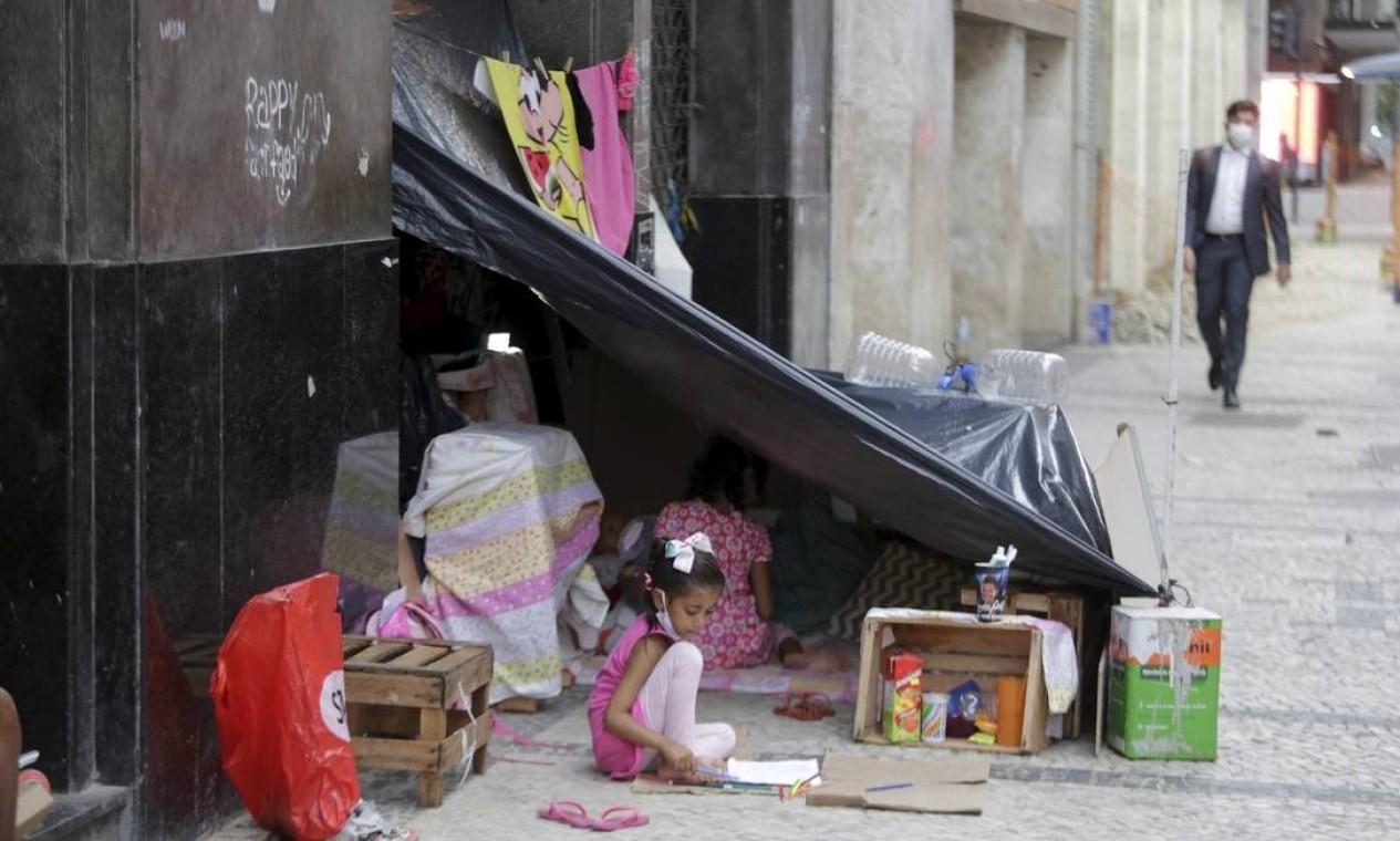 Espaço ocupado pela família fica no Centro do Rio Foto: Domingos Peixoto / Agência O Globo