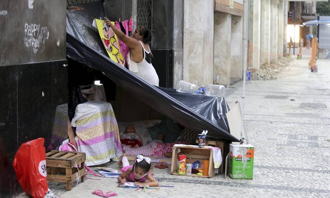 Ana Paula prende a toalha de Magali, a favorita de Tainá Foto: Domingos Peixoto / Agência O Globo