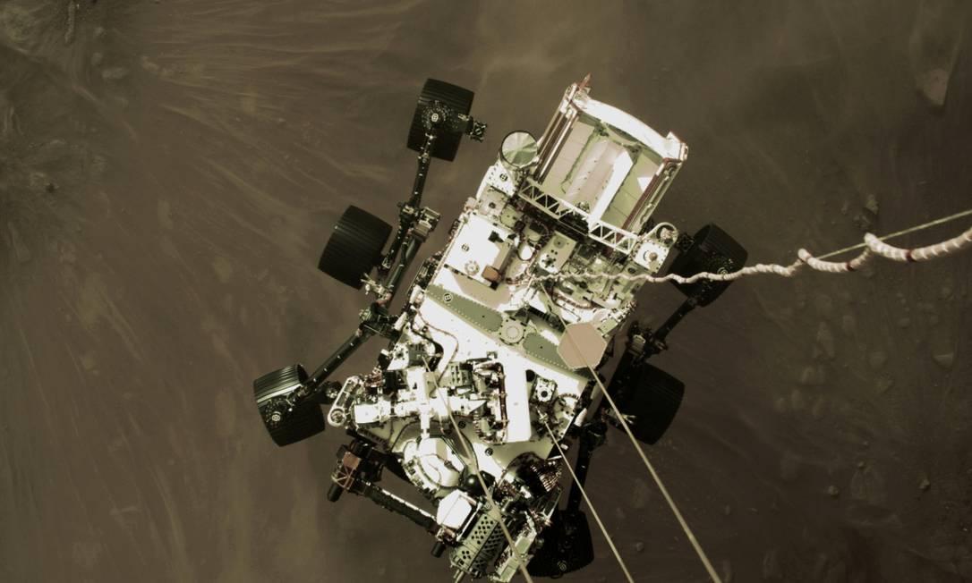 Perseverance descendo para tocar o chão de Marte Foto: NASA/JPL-Caltech / via REUTERS