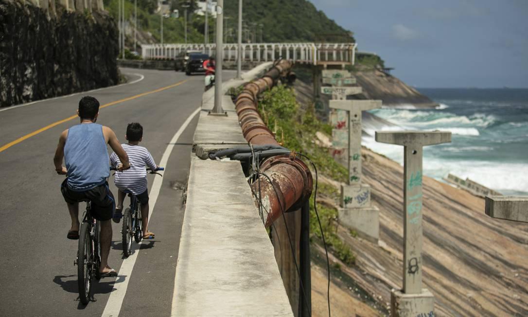 Sem opção. Na ausência da passagem, ciclistas dividem percurso com automóveis na Avenida Niemeyer e correm perigo Foto: Brenno Carvalho / 19/12/2020/Brenno Carvalho