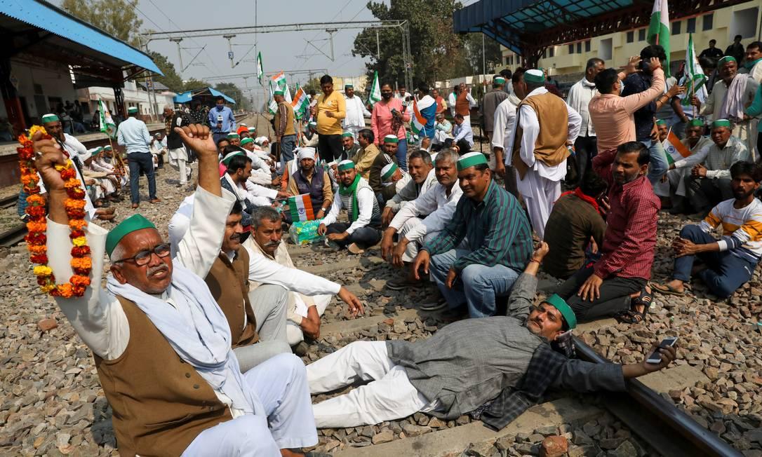 Agricultores bloqueiam uma ferrovia para interromper os serviços de trem na estação ferroviária de Modinagar como parte dos protestos contra as leis agrícolas, em Uttar Pradesh, na Índia Foto: ANUSHREE FADNAVIS / REUTERS/18-02-2021