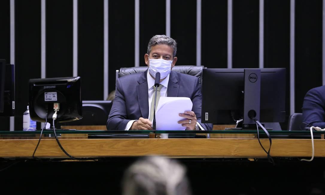 O presidente da Câmara, deputado Arthur Lira (PP-AL), preside a sessão desta sexta-feira Foto: Michel Jesus / Agência O Globo