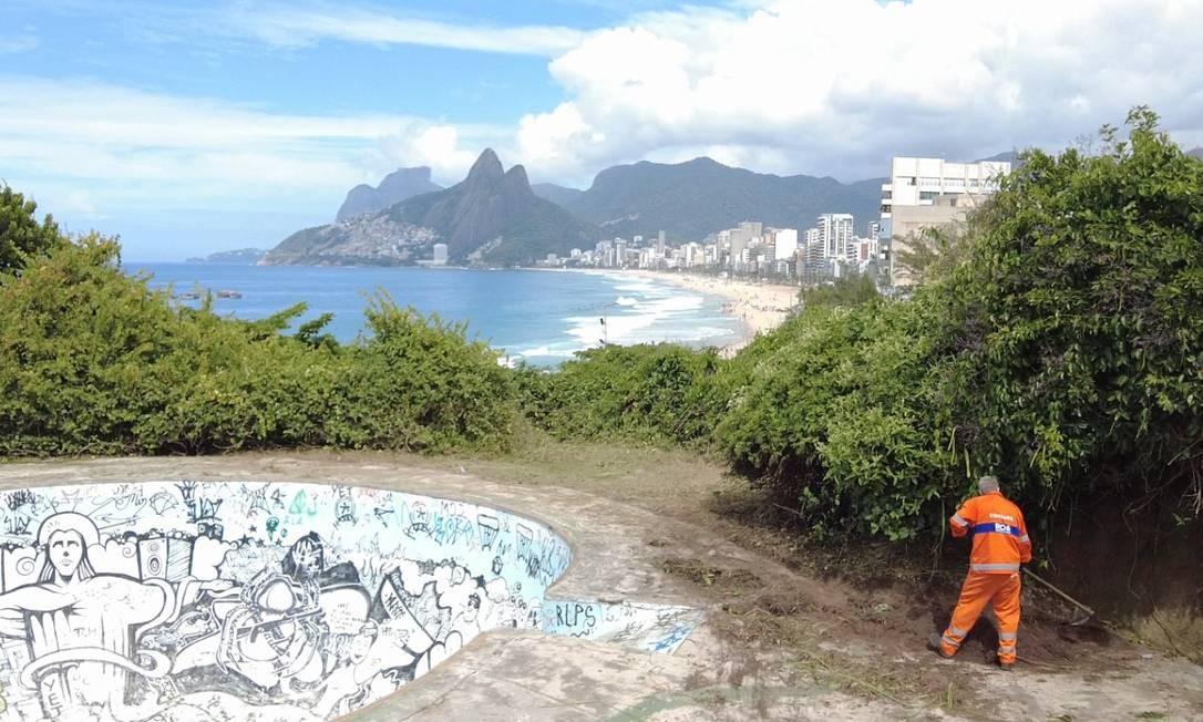Comlurb.Garis atuaram na limpeza e poda do equipamento público Foto: Divulgação/Comlurb