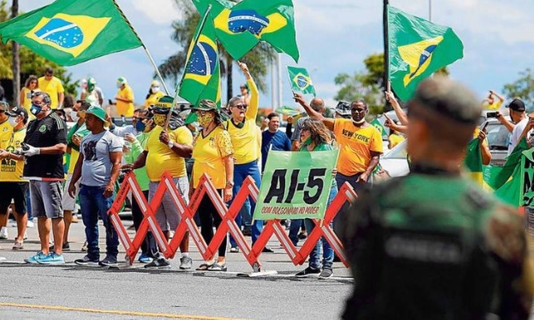 Apoiadores de Jair Bolsonaro pedem a volta do AI-5, ferramenta de controle mais dura da ditadura militar Foto: Sergio LIMA / AFP
