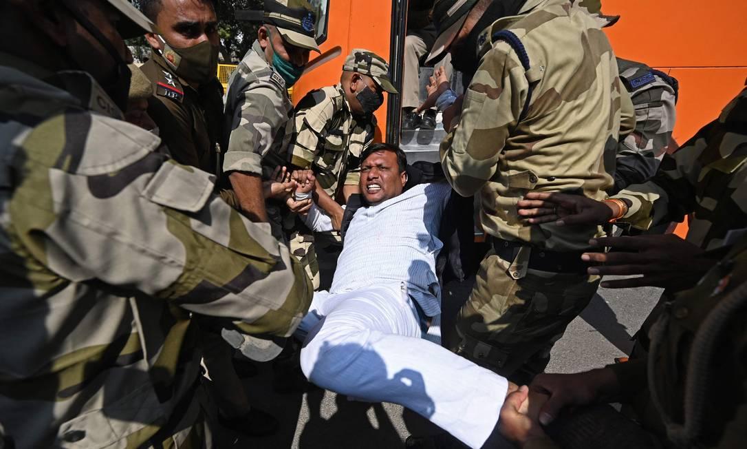 Polícia detém ativista do Congresso da Juventude Indiana durante protesto contra aumento no preço do combustível, na capital Nova Delhi Foto: SAJJAD HUSSAIN / AFP