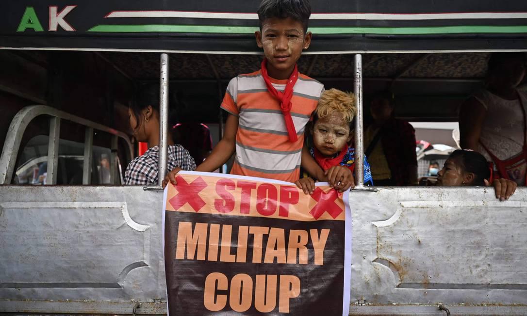 Crianças seguram cartaz contra o golpe militar em Yangon, Mianmar Foto: YE AUNG THU / AFP