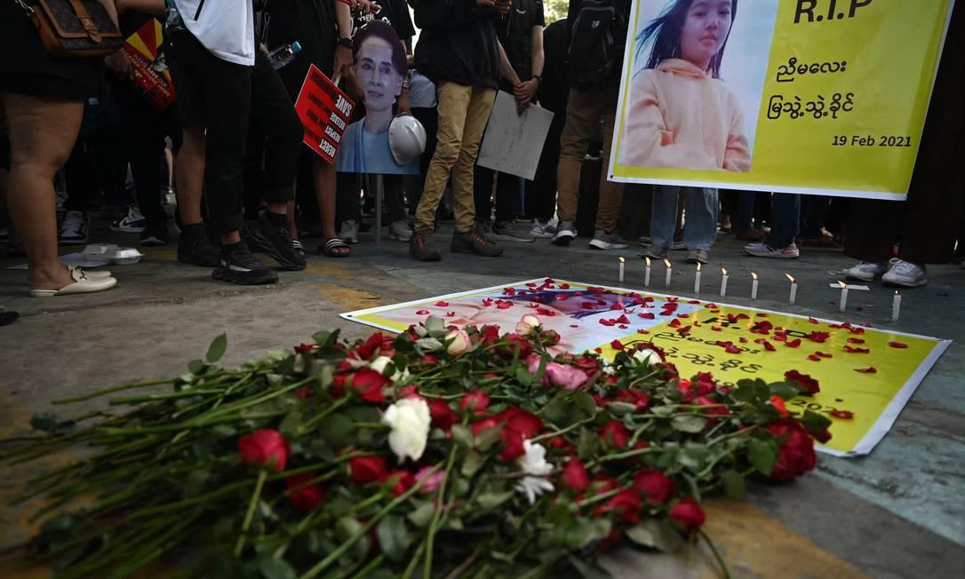 Manifestante fazem vigília por Mya Thwate Thwate Khaing, uma manifestante que foi morta a tiros durante uma manifestação contra o golpe militar em Mianmar, no início do mês, na capital Yangon Foto: YE AUNG THU / AFP