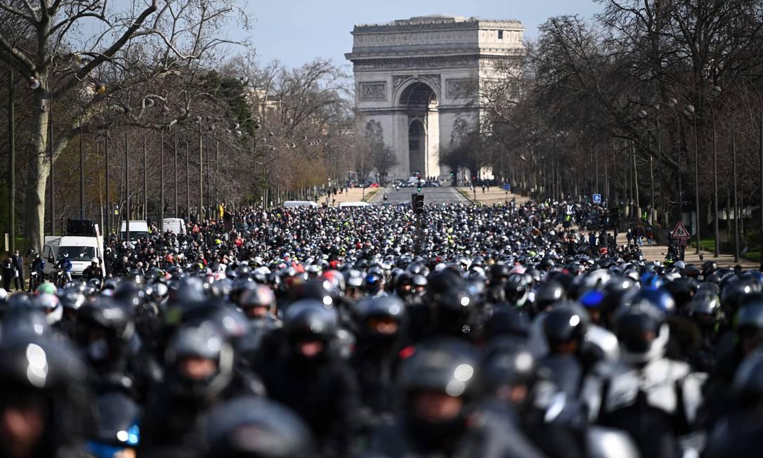 Pelo corredor. Motociclistas pedalam juntos na avenida Champs-Elysée durante um dia de protesto para pedir o direito de dirigir entre as faixas de carros, em Paris Foto: ANNE-CHRISTINE POUJOULAT / AFP