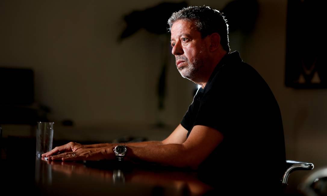 Tomada de pulso. Lira na sua residência oficial, em Brasília, durante entrevista para o GLOBO na manhã de sábado Foto: Sergio Lima / Agência O Globo