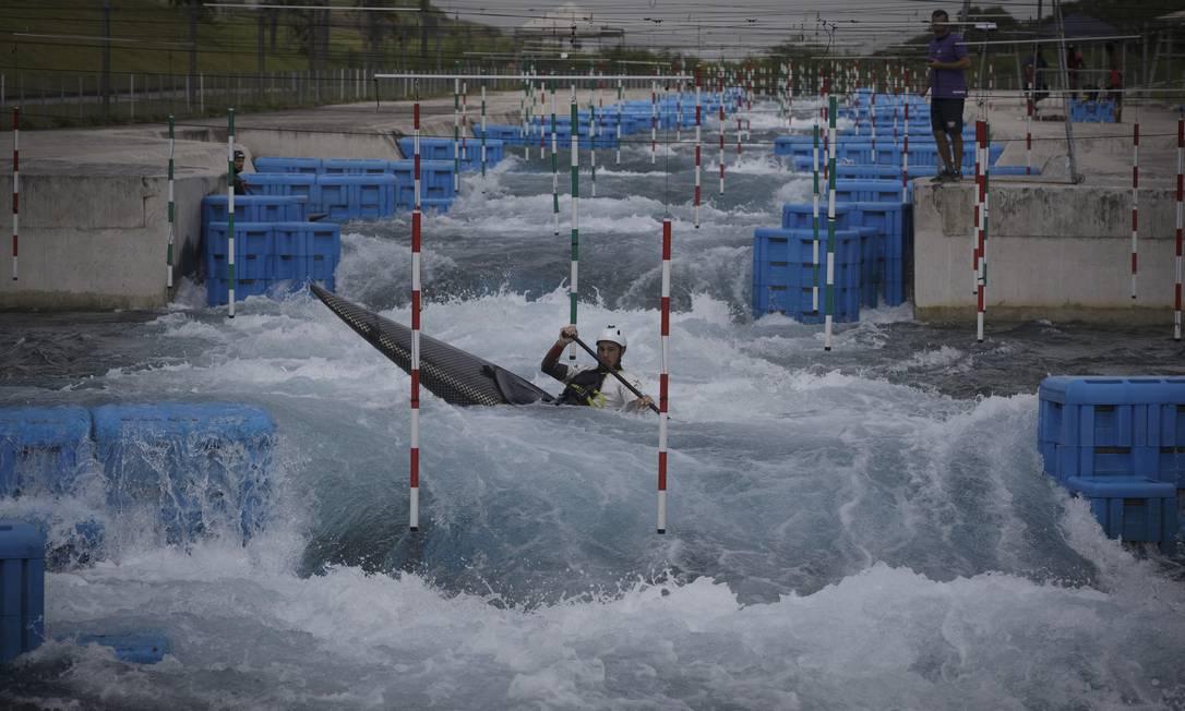 Canoagem no Parque Radical: secretário de Esportes pensa em convênio com o Corpo de Bombeiros para reabrir piscinas Foto: Márcia Foletto / Agência O Globo