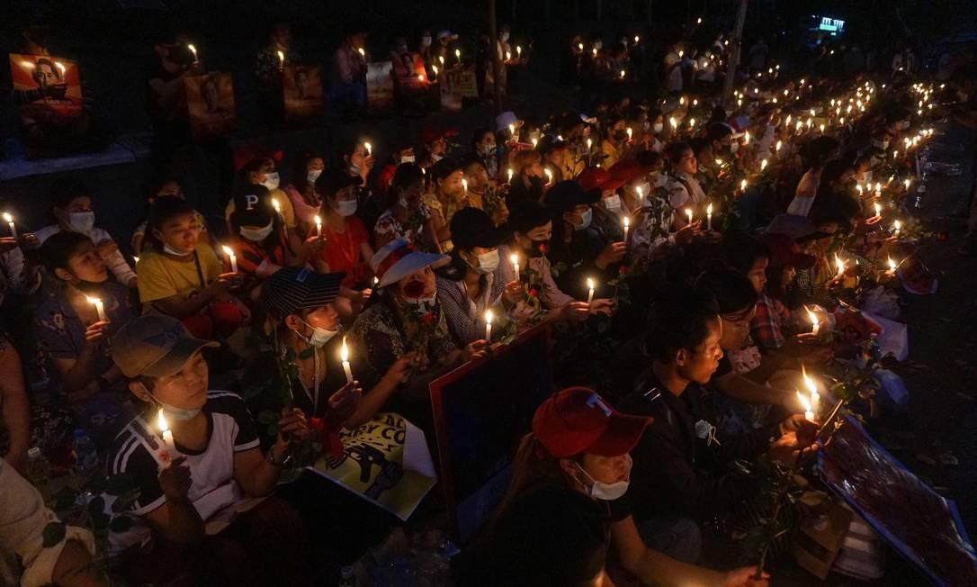 Manifestantes fazem vigília à luz de velas fora da Embaixada dos Estados Unidos durante uma manifestação contra o golpe militar em Yangon, Mianmar Foto: SAI AUNG MAIN / AFP