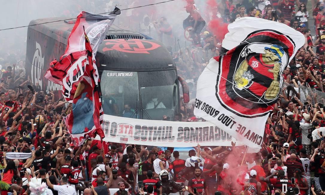 Torcida do Flamengo recebe o ônibus do time antes de partida decisiva Foto: SERGIO MORAES / REUTERS