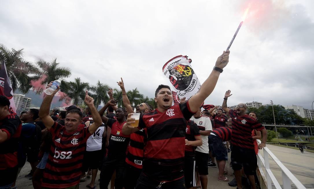 Torcedores fazem festa antes da partida Foto: ALEXANDRE LOUREIRO / REUTERS