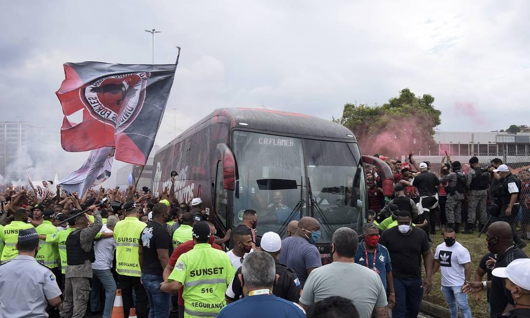 Polícia controla torcedores na entrada do ônibus no estádio Foto: ALEXANDRE LOUREIRO / REUTERS