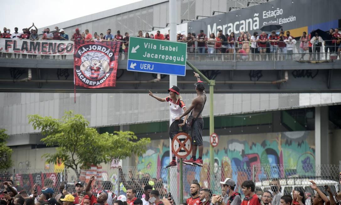 Torcedores acompanham ônibus da equipe nos arredores do Maracanã Foto: ALEXANDRE LOUREIRO / REUTERS
