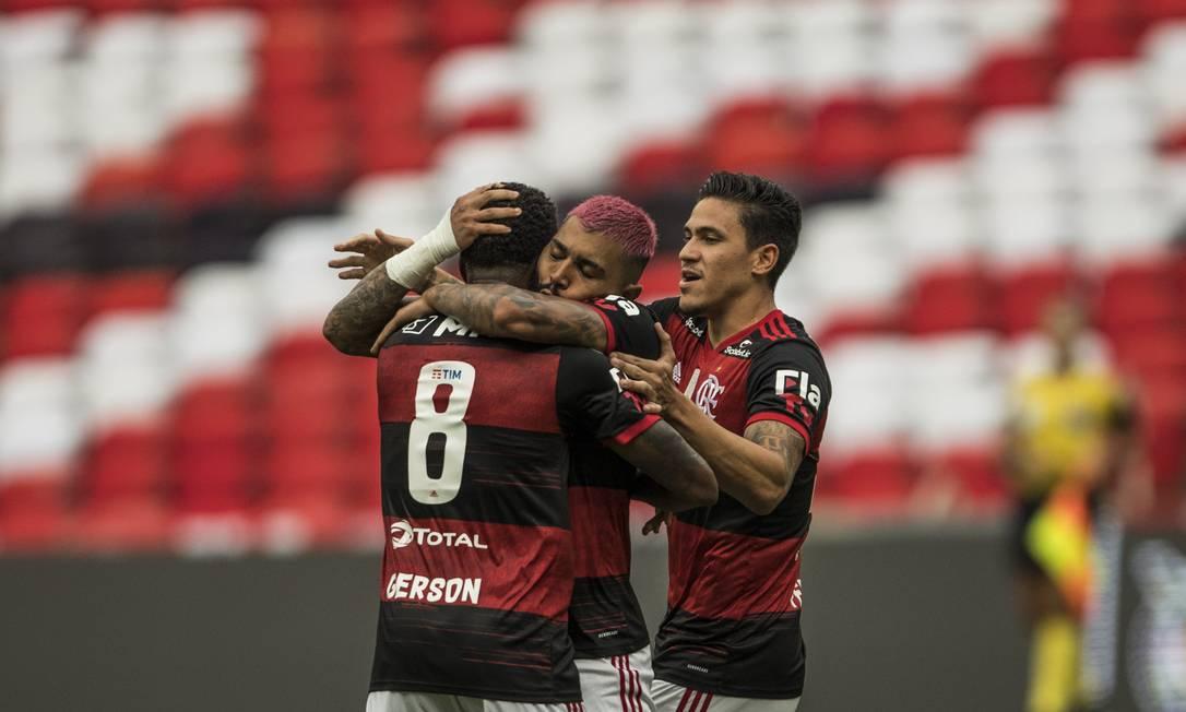 Gabigol faz o segundo para o Flamengo e comemora com os jogadores Foto: Guito Moreto / Agência O Globo