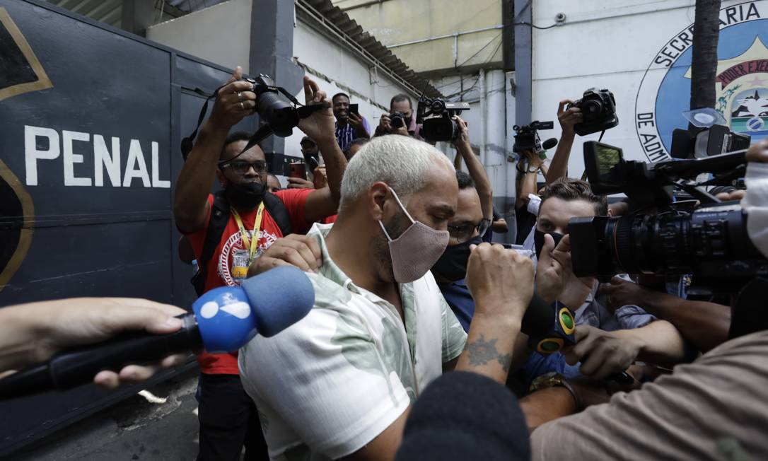 Belo deixando a cadeia de Benfica Foto: Gabriel de Paiva