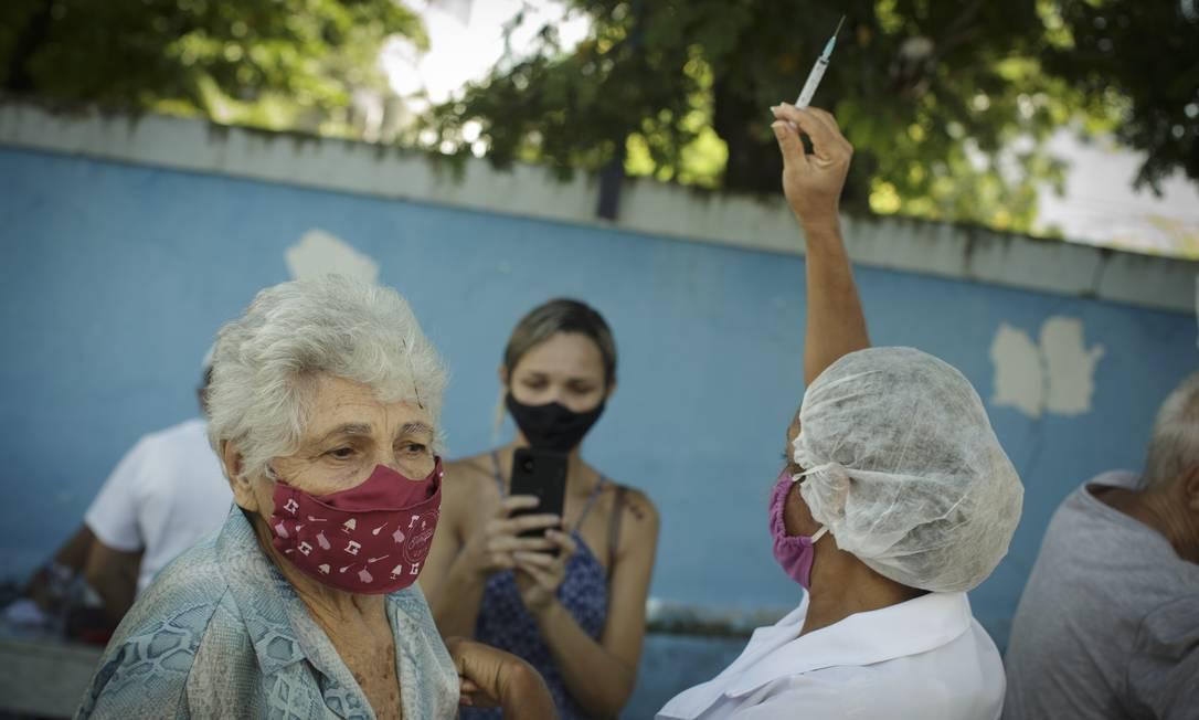 Imunização em São Gonçalo: Estado ainda não sabe quando enviará mais vacinas aos municípios Foto: Márcia Foletto