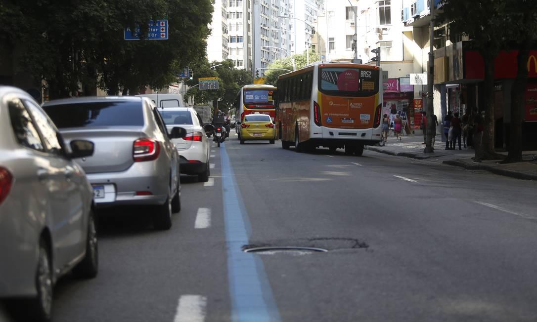 As faixas azuis, que delimitam o espaço exclusivo para ônibus, se incorporaram à rotina da cidade, mas nem sempre são respeitadas Foto: Fabio Rossi