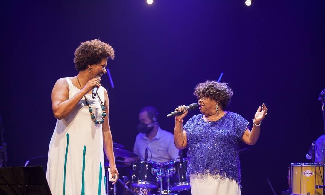 Nilze Carvalho e Tia Surica se apresentam no primeiro dia do festival Samba na Universidade. Foto: Valéria Martins / Divulgação