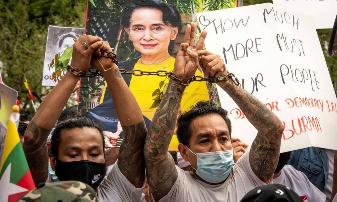Imigrantes de Mianmar na Tailândia protestam contra o golpe militar em seu país, em frente ao edifício das Nações Unidas em Bangkok Foto: MLADEN ANTONOV / AFP