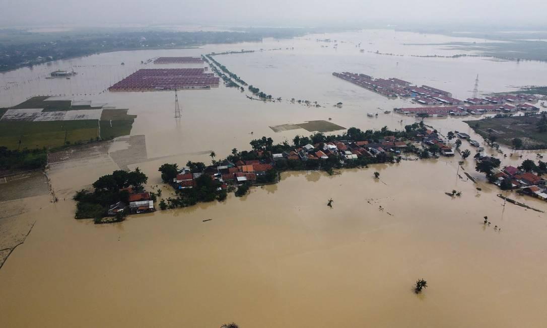 Áreas inundadas em Bekasi, Java Ocidental enquanto fortes chuvas inundaram áreas ao lado dos rios Foto: ARYA / AFP