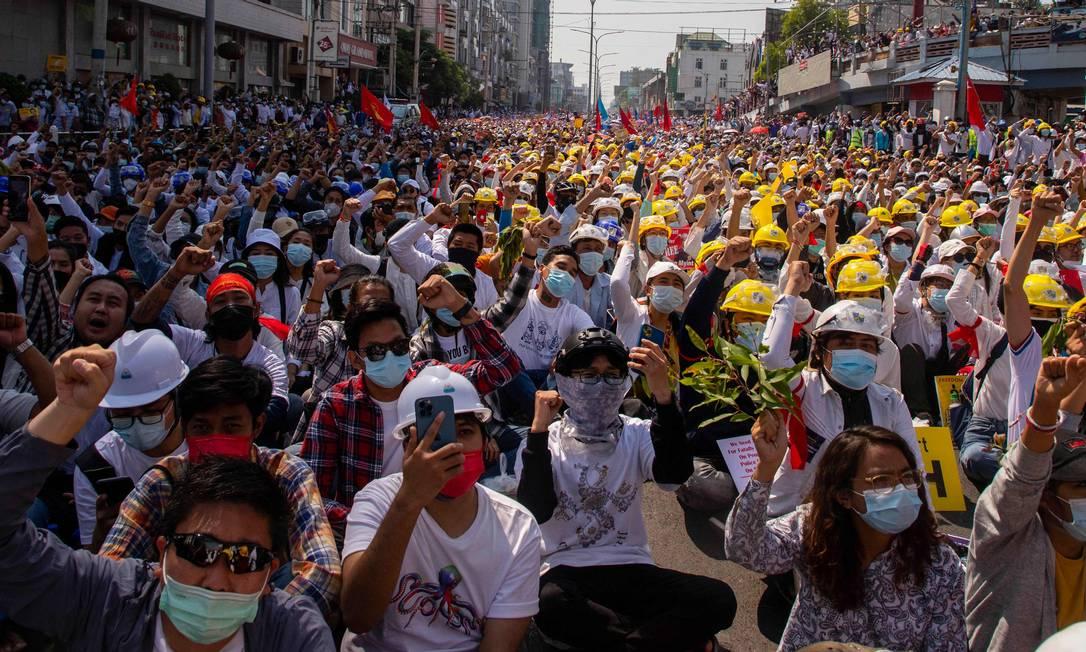 Manifestantes participam de manifestação contra o golpe militar em Mandalay Foto: STR / AFP