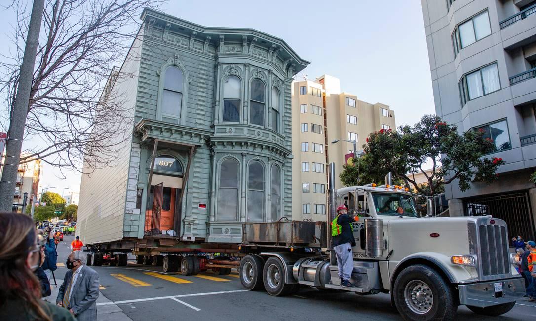 A casa vitoriana de 139 anos conhecida como Englander House é transportada pela Franklin Street para um novo local, em San Francisco, Califórnia, EUA Foto: BRITTANY HOSEA-SMALL / REUTERS