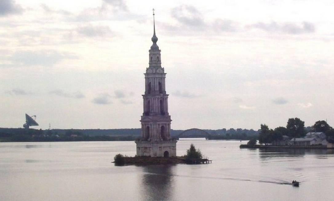 O campanário do mosteiro de São Nicolau, em Kalyazin, é o último vestígio de uma construção do século 12 que foi submersa para um dos megaprojetos soviéticos Foto: BBC
