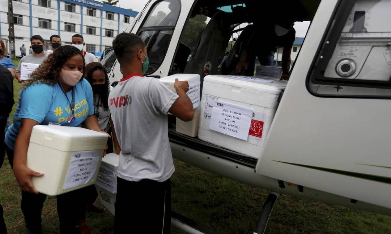 Helicópteros são carregados com doses da vacina CoronaVac, no 12º BPM, em Niterói. PM e Bombeiros passaram fazer a logística da vacina para o interior Foto: Fabiano Rocha / Agência O Globo