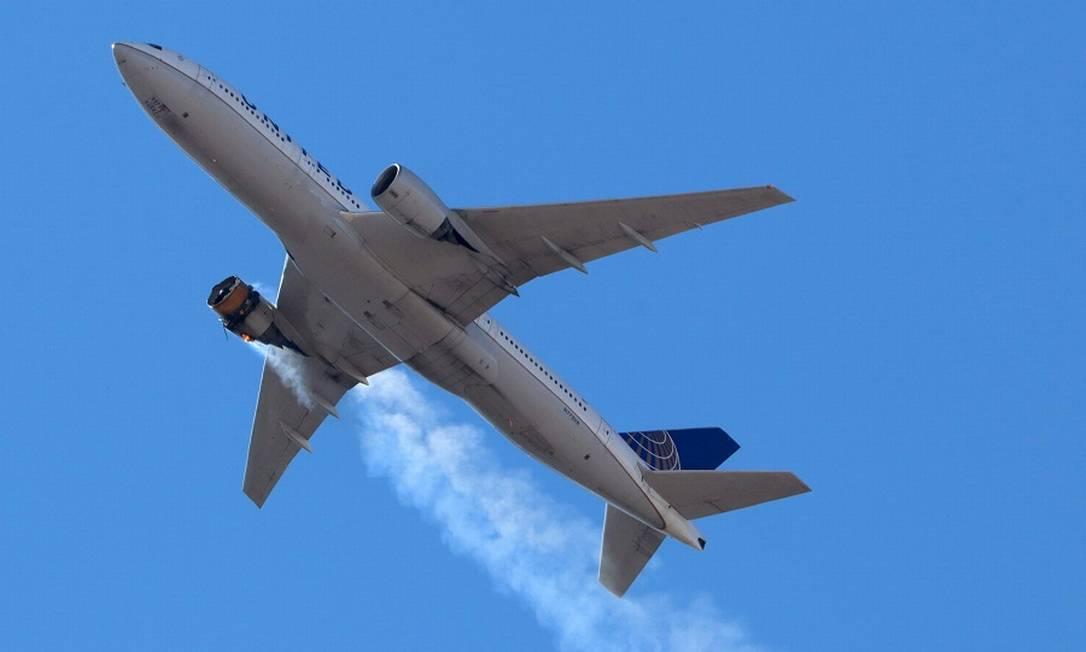 O avião Boeing 777 do voo 328 da United Airlines, com 231 passageiros e 10 tripulantes, retorna ao Aeroporto Internacional de Denver após o motor pegar fogo. Foto: HAYDEN SMITH/@speedbird5280 / via REUTERS