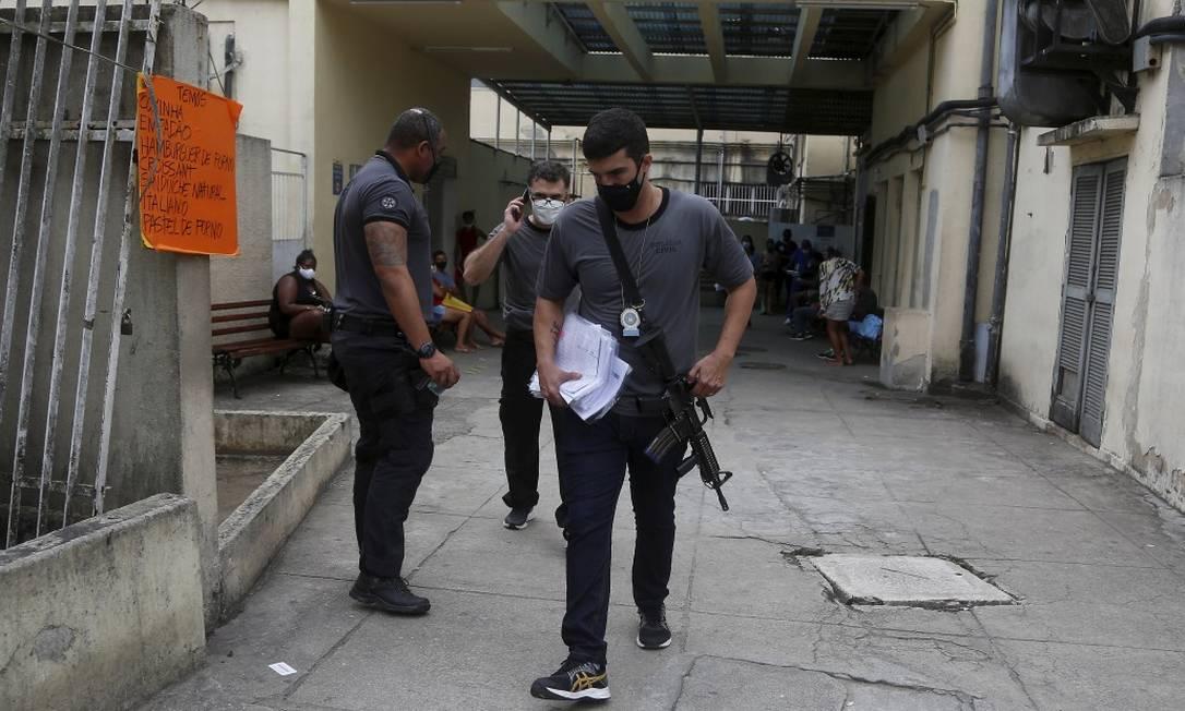 Policiais apreenderam listas de vacinados, de agendados e, também, de funcionários da linha de frente e estagiários ligados à unidade Foto: Fabiano Rocha / Agência O Globo