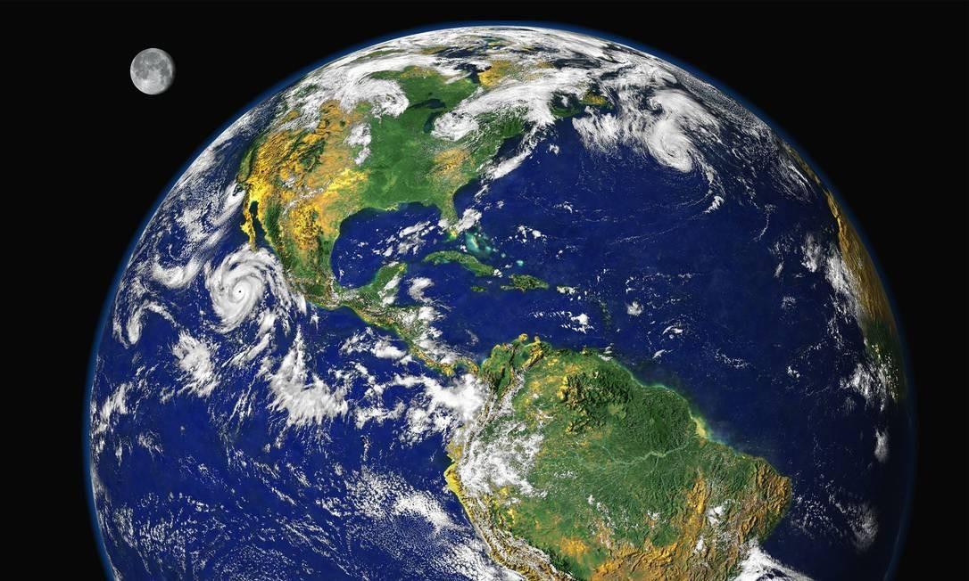 Imagem da Terra divulgada pela NASA. A imagem digital usa dados coletados em 1997 de vários satélites para aproximar o que um humano poderia ver em órbita, com a licença artística adicional de ter a Lua ao fundo, que foi ampliada para cerca de duas vezes seu tamanho relativo. Foto: NASA/Via Reuters