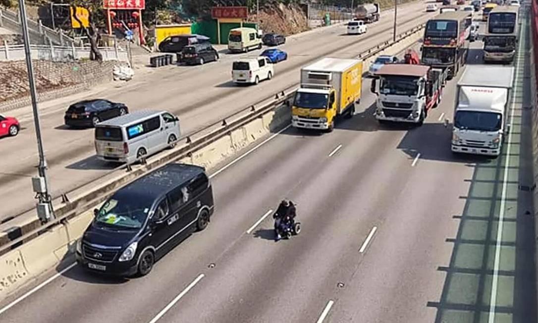 Idoso viaja em cadeira de rodas elétrica por rodovia Foto: Reprodução