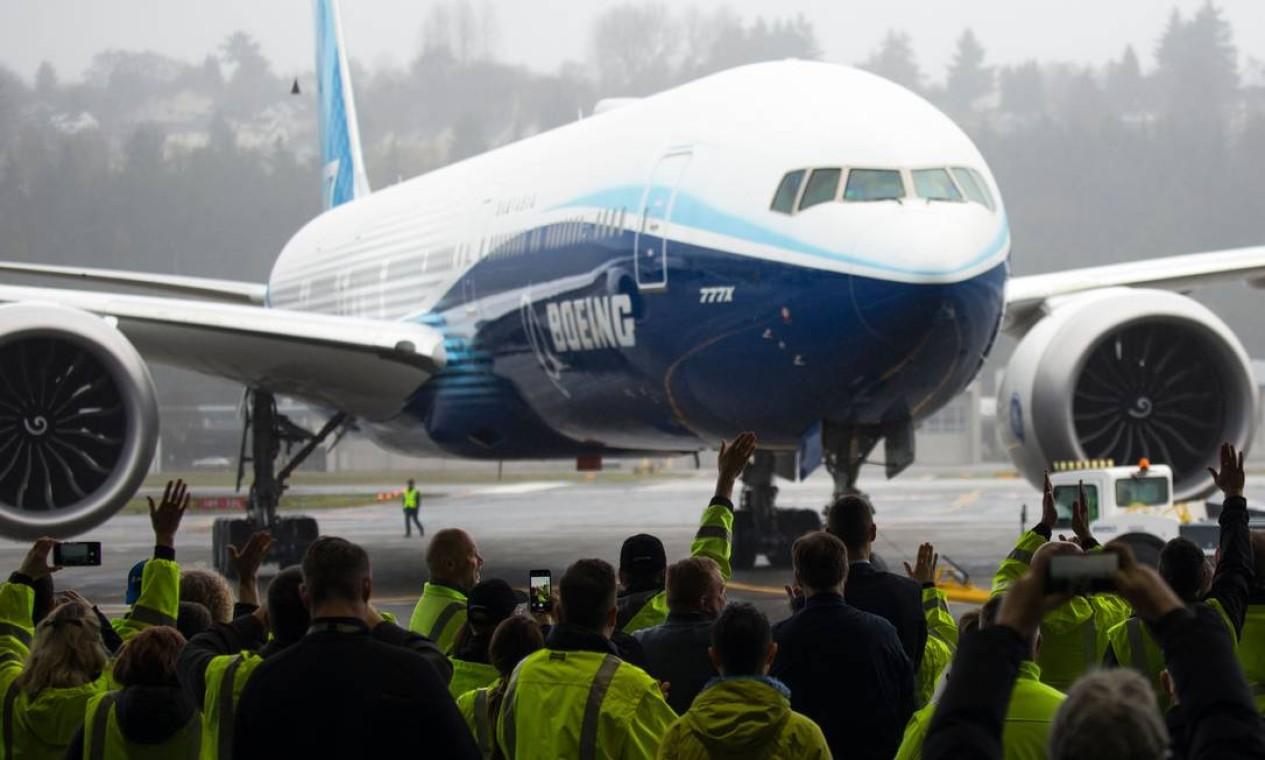 Funcionários e convidados da Boeing dão as boas-vindas a um avião Boeing 777X que retorna de seu voo inaugural no Boeing Field, em Seattle, Washington, em janeiro de 2020. Nova crise para a fabricante americana levou reguladores do setor nos EUA a solicitarem inspeções de emergência Foto: JASON REDMOND / AFP - 25/01/2020