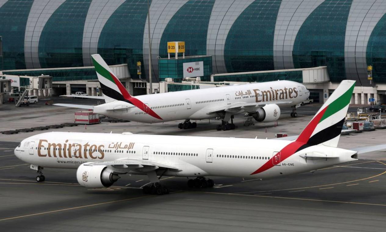 Aviões Boeing 777-300ER da Emirates Airline no Aeroporto Internacional de Dubai, nos Emirados Árabes. Boeing, após a recomendação, manteve em terra todas as aeronaves com a família do motor avariado Foto: Christopher Pike / REUTERS - 15/02/2019