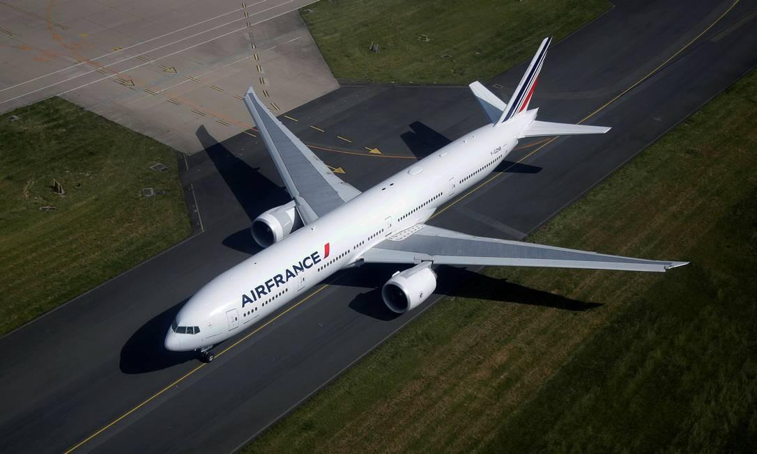Boeing 777 da Air France se prepara para decolar do aeroporto Charles de Gaulle de Paris, em Roissy-en-France, em maio de 2020. Empresa recomendou a suspensão das operações dos 69 777 em serviço e 59 em armazenamento equipados com motores Pratt & Whitney 4000-112 Foto: Charles Platiau / REUTERS