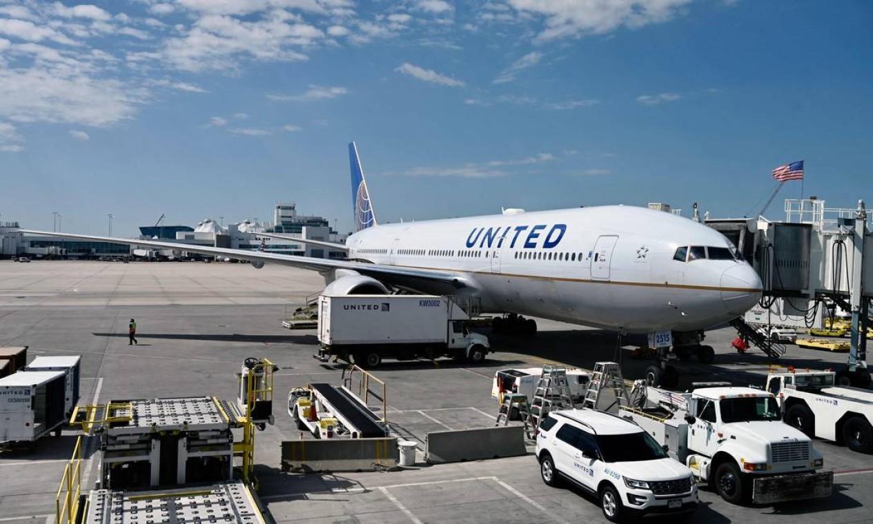 Boeing 777/200 da United Airlines no portão do Aeroporto Internacional de Denver, Colorado, em julho de 2020. - A Boeing confirmou nesta segunda-feira (22) que dezenas de suas aeronaves 777 foram aterradas globalmente depois que o motor de um avião da United Airlines pegou fogo e espalhou destroços em um subúrbio de Denver, Colorado Foto: DANIEL SLIM / AFP